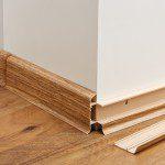 Finalizovaná podlaha - lišty a doplňky, odklopená lišta (výhoda při malování nebo ukládání vodičů)