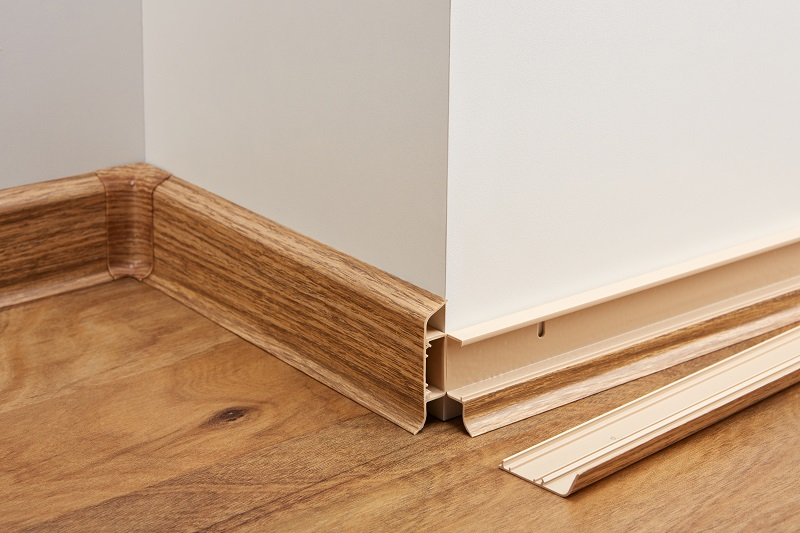 Wykonywana podłoga – listwy i akcesoria , odchylana listwa (zaleta przy malowaniu lub rozprowadzaniu przewodów) / Fatra